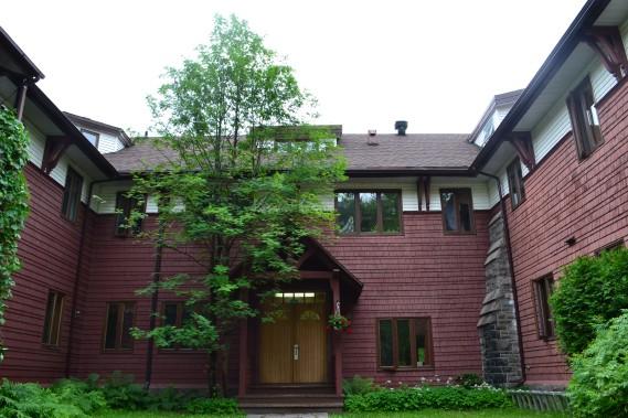 Possédant toujours son revêtement d'origine. Il a été converti en coopérative d'habitation, le Manoir des Pins. ()