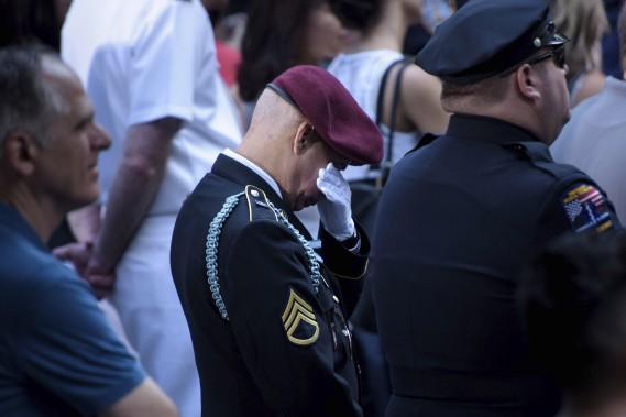 Un vétéran ne peut retenir ses émotions lors de la cérémonie à New York. (AFP)