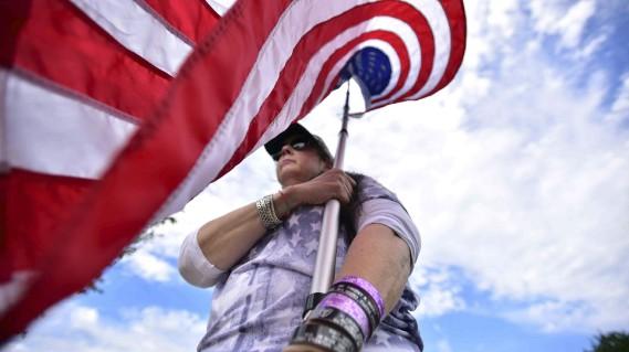 Diane Casey porte des bracelets où sont inscrits le nom de soldats morts dans des guerres récentes, lors d'une cérémonie commémorative à Fairlawn, au New Jersey. (AP, Marko Georgiev)