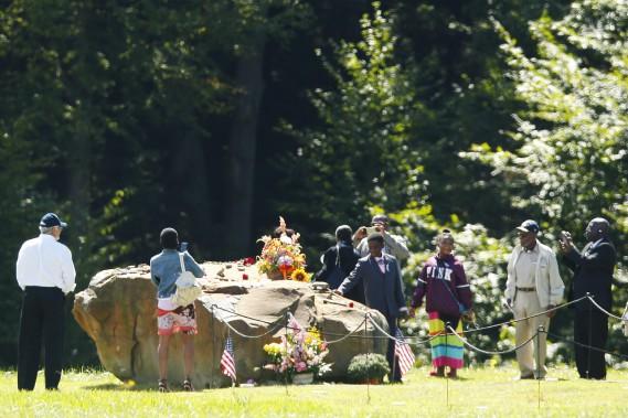 Des proches des passagers du vol 93 visitent le lieu de l'écrasement, où a été érigé un mémorial, à Shanksville (Pennsylvanie). (AP, Jared Wickerham)