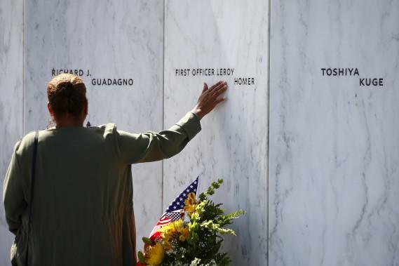 Des proches des passagers du vol 93 qui s'est écrasé en Pennsylvanie visitent le mémorial où est inscrit le noms des victimes. (AP, Jared Wickerham)