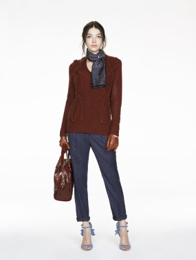 Chandail à encolure tressée (495 $), grand sac de marin soyeux (230 $), pantalon (124 $), foulard (74 $) de Banana Republic (Photo fournie par Banana Republic)