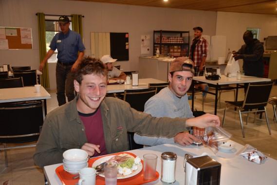 Les Bretons Jonas Doris et Adrien Folli sont arrivés dans la région sans aucune adresse. Ils ont finalement trouvé des emplois de reboiseur pur Foresterie DLM et ont résisté aux conditions de travail difficiles pendant toute la saison. Ils prennent la direction de la Colombie Britiannique dans les prochains jours. (Photo Le Quotidien, Louis Tremblay)