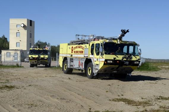 La base militaire de Bagotville dispose de trois camions spécialement conçus pour combattre les incendies sur piste d'atterrissage. Les deux camions font leur arrivée sur le site après avoir reçu l'appel d'urgence dans le cadre de la simulation. (Photo Le Progrès-Dimanche, Jeannot Lévesque)