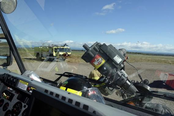 Les camions conçus expressément pour les interventions sur une piste d'atterrissage ont un réservoir de 6000 litres d'eau, 375 litres de mousse conçue pour les incendies d'essence, et 500 litres de poudre chimique. (Photo Le Progrès-Dimanche, Jeannot Lévesque)