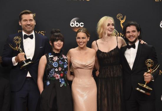"""Nikolaj Coster-Waldau, Maisie Williams, Emilia Clarke, Sophie Turner et Kit Harington de la distribution de """"Game of Thrones"""", après que la série eut gagné le prix de la meilleur série dramatique. (AP)"""
