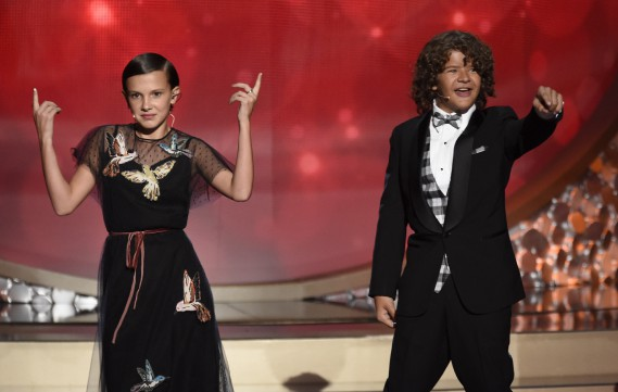 Millie Bobby Brown et Gaten Matarazzo, de la série Stranger Things, ont fait un numéro. (Chris Pizzello/Invision/AP)