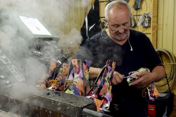 Sylvain Fillion «moule», sur des formes de grandeurs différentes, les pièces de cuir déjà assemblées qui formeront la botte Mérida. (Le Soleil, Erick Labbé)