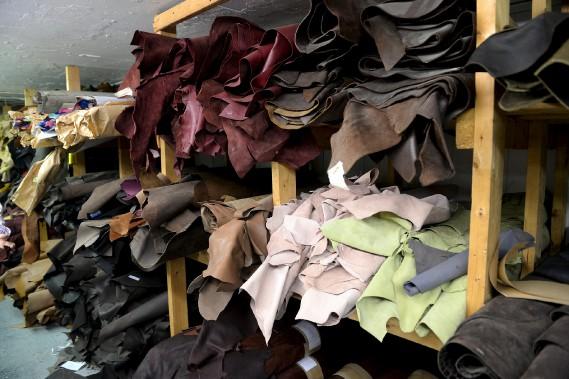 Des rouleaux de cuir de toutes les couleurs, et de différentes textures, qui serviront à fabriquer les différents modèles de mocassins, bottes, et chaussures d'Auclair & Martineau. (Le Soleil, Erick Labbé)