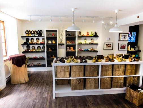 La boutique Amimoc du quartier Petit-Champlain, et les fameux mocassins qui ont fait la réputation d'Auclair & Martineau (Photo fournie par Auclair & Martineau)