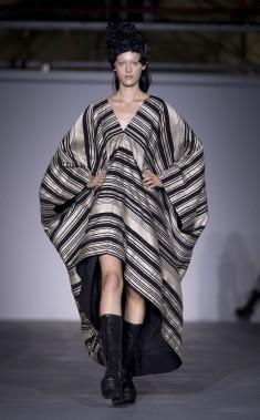 Le Britannique Gareth Pugh propose une collection aux rayures étincelantes, argent et blanches ou noires et blanches, pour parer de mille feux ses tuniques, pantalons et manteaux. (AP, Isabel Infantes)
