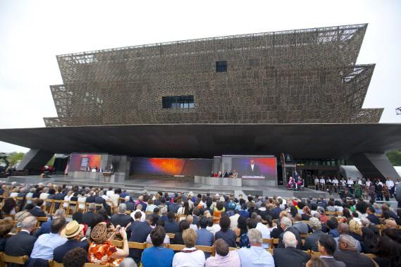Une immense foule de milliers d'Américains s'est réunie samedi sur le National Mall de Washington, pour l'inauguration par le premier président noir des États-Unis du Musée national de l'histoire et de la culture afro-américaine. (AP, Pablo Martinez Monsivais)