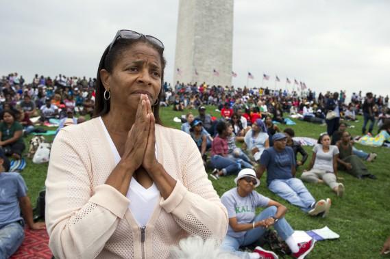 Giselle Shapiro, de Los Angeles, était émue en écoutant le discours du président Obama. Lesnombreux Noirs présents oscillaient entre fierté et sentiment que le combat pour l'égalité est loin d'être terminé, alors que les tensions raciales sont vives aux États-Unis. (AP, Cliff Owen)