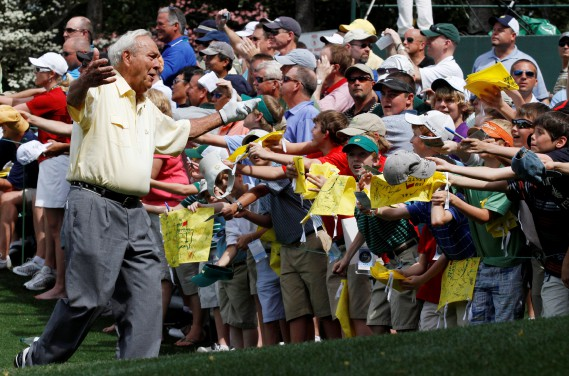 Arnold Palmer salue les spectateurs durant le concours de normales 3 avant le Tournoi des Maîtres de 2010. (Photo Gary Hershorn, REUTERS)