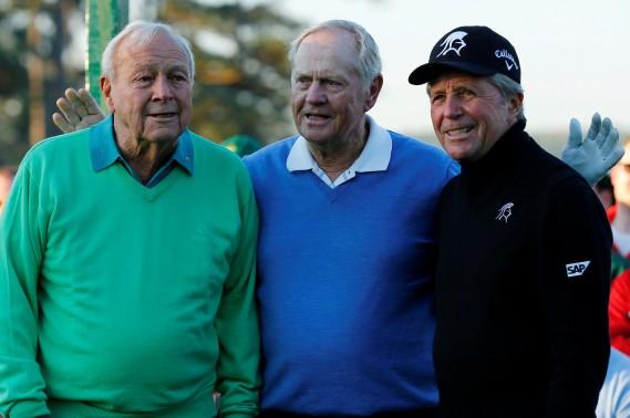 Arnold Palmer (à gauche) en compagnie de Jack Nicklaus et Gary Player au Tournoi des Maîtres en 2014. (Photo Mike Blake, REUTERS)