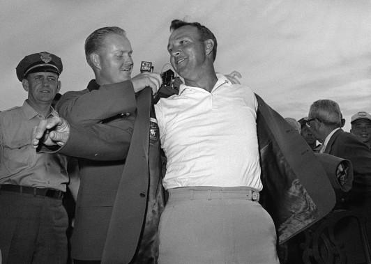 Arnold Palmer (à droite) reçoit le célèbre veston vert des mains de Jack Nicklaus après avoir remporté le Tournoi des Maîtres en 1964. (Photo archives AP)