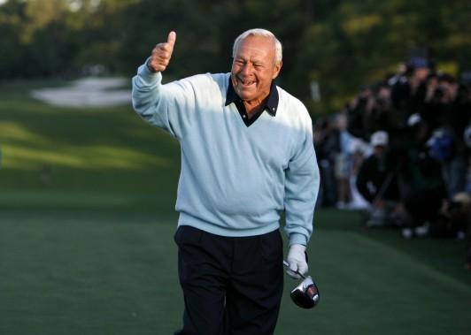 Arnold Palmer salue la foule après avoir donné le coup d'envoi du Tournoi des Maîtres en 2007. (Photo archives Reuters)
