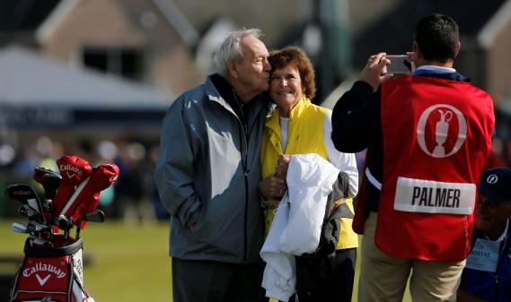 Arnold Palmer embrasse son épouse Kathleen Gawthrop sur le vert du premier trou de l'Omnium britannique en 2015. (Photo archives REUTERS)