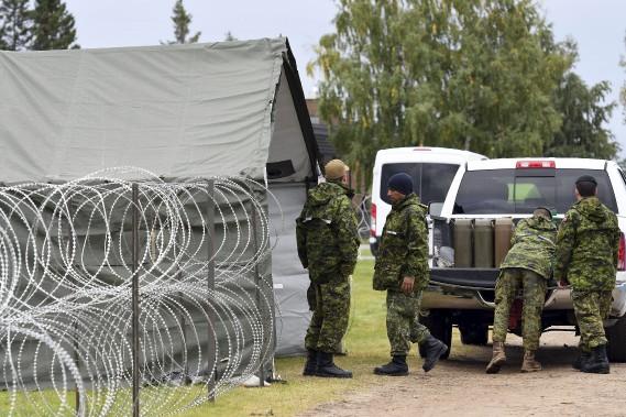 La 2<sup>e</sup> Escadre met en place la logistique nécessaire en identifiant les besoins d'aéronefs militaires et civils, et coordonne l'hébergement des personnes avant leur départ, en utilisant les ressources civiles disponibles. (Photo Le Quotidien, Rocket Lavoie)
