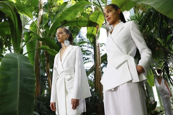 Chez Paule Ka, robes et tailleurs stricts et immaculés se ferment comme des kimonos. (AFP,  PATRICK KOVARIK)