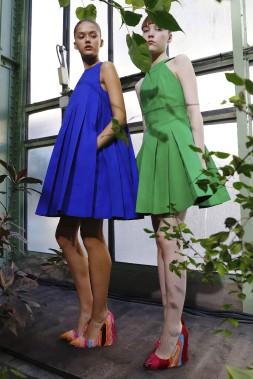 Les petites robes aux couleurs vives Paule Kasont plissées comme des origamis. (AFP,  PATRICK KOVARIK)