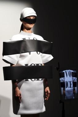 La collection d'Anrealage est composée de vêtements aux formes épurées, en noir et blanc uniquement. Une barre latérale noire vient souvent entraver les mouvements, donnant aux mannequins des airs de prisonniers futuristes. (AFP, BERTRAND GUAY)