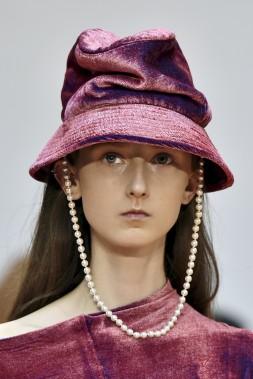 Le défilé Aalto regarde du côté du grunge en distillant une touche féminine, comme ce bob porté agrémenté d'un rang de perles. (AFP, ALAIN JOCARD)