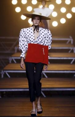 La garde-robe du créateur Jacquemus puise son inspiration du côté de la Méditerranée. (AFP,  PATRICK KOVARIK)