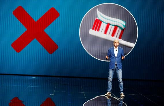 Dieter Zetsche semble promouvoir l'hygiène buccale au Mondial de Paris et qui pourrait le blâmer ? (REUTERS)