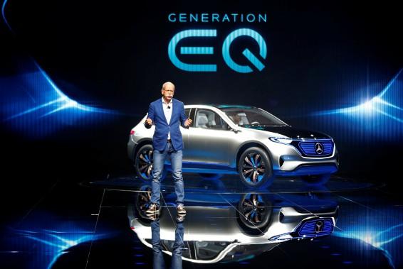Mercedes-Benz aussi vire à l'électrique. Le grand patron Dieter Zetsche a présenté le Mercedes EQ électrique ce matin. (REUTERS)