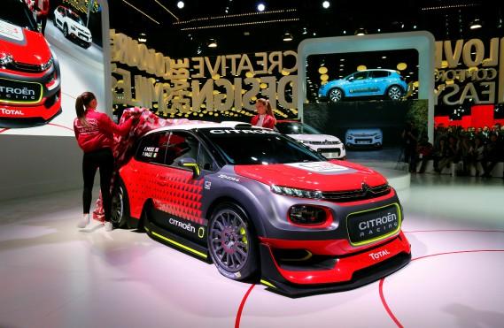 Une C3 WRC de rallye en montre au kiosque Citroën. (REUTERS)