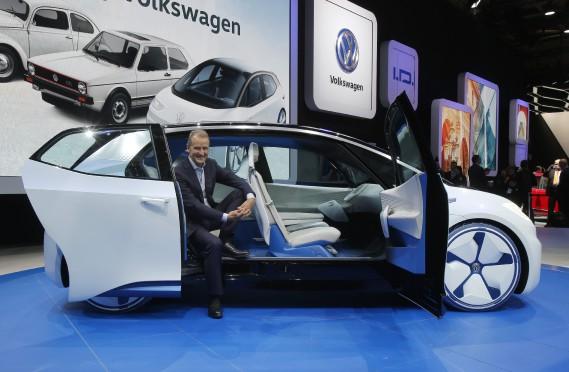 Herbert Diess, responsable de la marque Volkswagen, présente le concept électrique I.D. Plusieurs constructeurs trouvent que le salon de Paris --une ville dont la mairesse veut interdire les diesels-- est un environnement favorable où dévoiler des autos électriques. (AP)