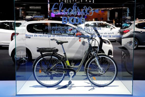 Peugeot fabrique des bicyclettes depuis un siècle. Le constructeur français a montré l'HYbrid-Bike au Mondial de l'auto. (REUTERS)