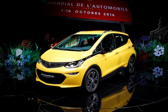 L'Opel Ampera-e suscite beaucoup d'intérêt au Mondial de Paris. Cette jumelle européenne de la Chevrolet Bolt sera lancée en Europe à la fin de l'année. (REUTERS)