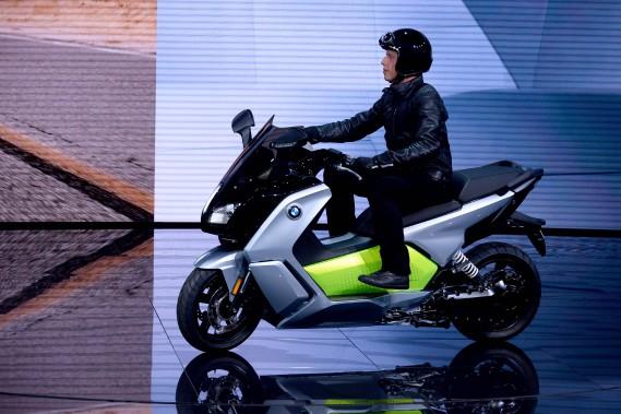 Le scooter électrique BMW C Évolution a été présenté au Mondial de l'auto de Paris. (AFP)