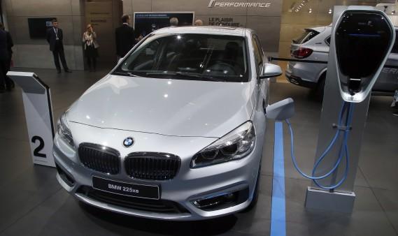 La BMW 225xe montrée avec sa borne de recharge rapide. (AP)