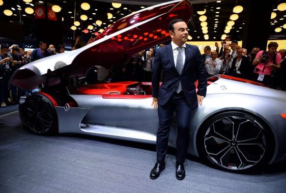 Le patron de l'Alliance Renault-Nissan, Carlos Ghosn, devant le prototype Renault Trézor, qui est équipé d'un logiciel de conduite autonome. (AFP)
