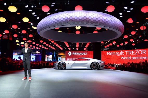 Le directeur du stylisme chez Renault, Laurens Van Den Acker, explique les fonctions du prototype Trézor. (AFP)