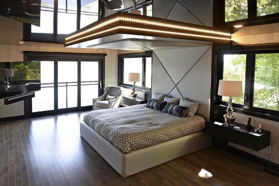 La suite principale, théâtrale, avec son lit sur mesure, une retombée éclairée de DEL et son plafond tendu. (Le Soleil, Patrice Laroche)