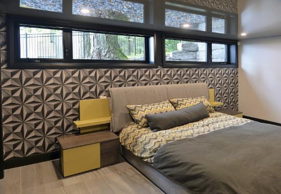 Dans la chambre du fils, le lit déposé devant un papier peint géométrique vient de chez Signature Tanguay. Ici comme partout ailleurs, les stores sont télécommandés. (Le Soleil, Patrice Laroche)