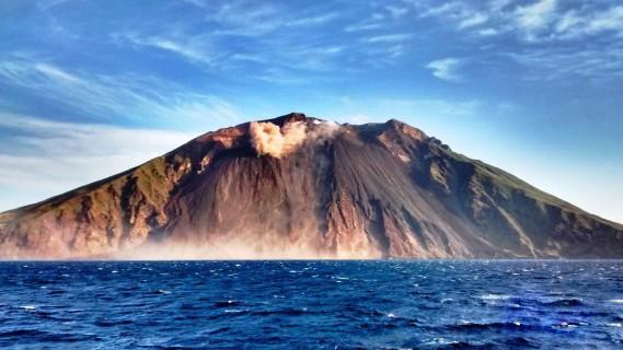 Claude Côté immortalise les paysages qu'il a la chance de voir dans le cadre de son travail. Ici le volcan Stromboli, en Méditerranée. (Photo courtoisie)