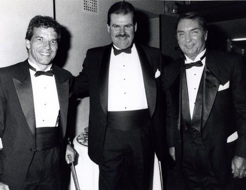 Lionel Duval (à droite) en compagnie du marathonien en fauteuil roulant André Viger et de l'entraîneur du Canadien Pat Burns en 1990. (Photo archives La Presse)