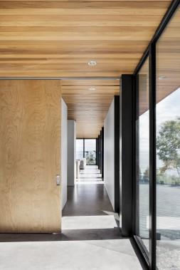 L'utilisation du cèdre de l'ouest pour les débords de toit et le plafond accentue l'effet de prolongement de l'intérieur vers l'extérieur. (Adrien Williams)