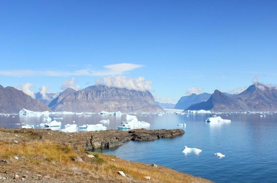 Spectaculaire point de vue sur la baie truffée d'icebergs de l'île de Karrat, au Groenland. (Crédit photo: Sarah-Émilie Nault)