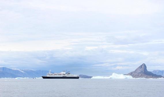 Le navire <i>Ocean Endeavour </i>d'Adventure Canada s'aventure là où peu de navires sont allés, soit sur les eaux glacées de la mer de Baffin. (Crédit photo: Sarah-Émilie Nault)