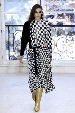 Louis Vuitton célèbre l'allure d'une Parisienne brillante et rock n'roll. (AFP, BERTRAND GUAY)