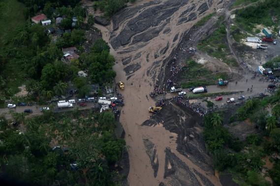 Un pont n'a pas résisté à l'ouragan <em>Matthew</em>, à Petit-Goave. (Photo Carlos Garcia Rawlins, Reuters)