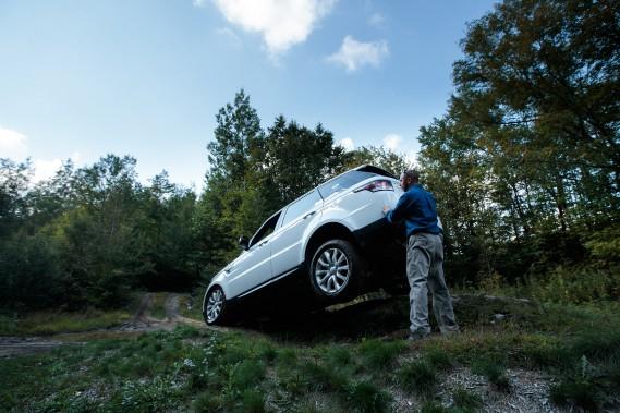 Un instructeur assiste les conducteurs dans un passage difficile. (La Presse)