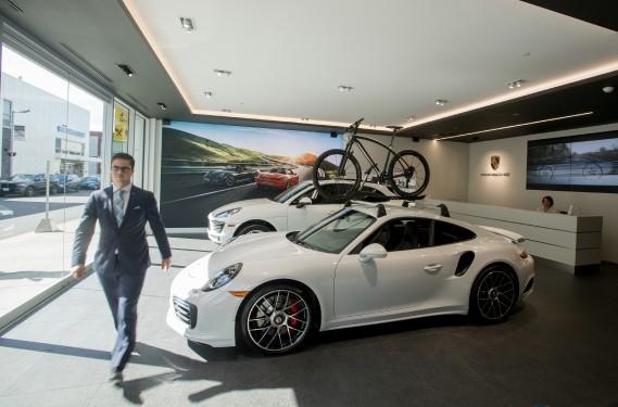 La nouvelle boutique Porche Rive-Sud au Quartier Dix30 à Brossard, représente une nouvelle approche en marketing automobile. La boutique a une très petite salle de montre, qui permet au client de se familiariser avec le produit. (La Presse Marco Campanozzi)