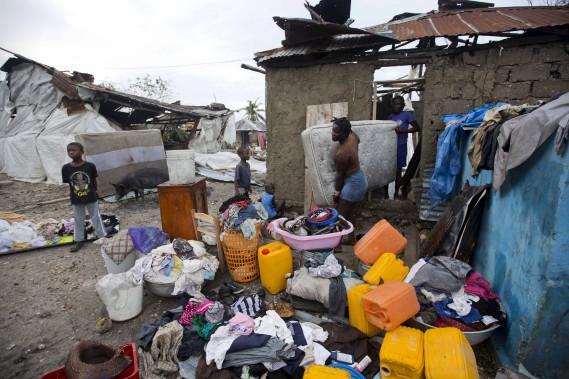 Les résidents des Cayes font le tri de leurs biens après le passage de <em>Matthew</em>. (AP, Dieu Nalio Chery)